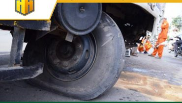 Xử lý thế nào khi lốp xe ô tô bị nổ giữa đường?